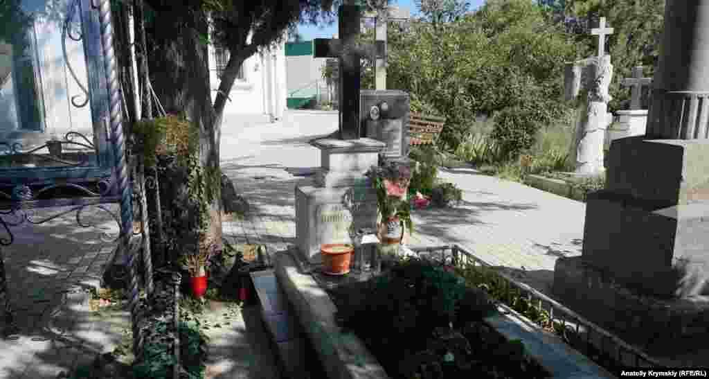 Місце поховання архієпископа, професора медицини Луки (Войно-Ясенецького) під стіною храму. У 1996 році мощі святителя Луки перенесли в місцевий кафедральний Свято-Троїцький собор