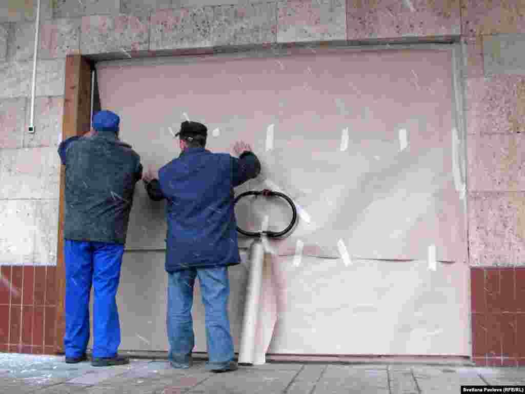 Как только демонстранты развернули плакаты, у проходной появились ремонтники и начали заклеивать вход на фабрику бумагой