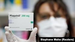 O cutie de Plaquenil, expusă de o farmacistă, medicamentul căutat în lumea întreagă, despre care se crede că ar fi eficace în lupta cu noul coronavirus