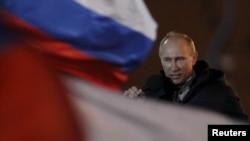 Манежный алаңындағы өзін қолдаушылар митингісіне келген Владимир Путин көзіне жас алды. Мәскеу, 4 наурыз 2012 жыл