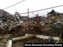 Два зруйнованих будинки у селі Широкине. Березень, 2016 року