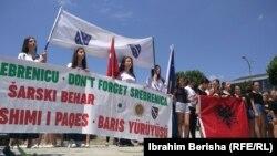 Okupljeni građani Prizrena odaju počast žrtvama genocida u Srebrenici