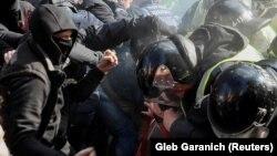 """Столкновения членов партии """"Национальный корпус"""" с полицией у администрации президента Украины в Киеве"""