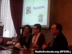 Видавець Поліна Лаврова (ліворуч) під час презентації книги Сенцова