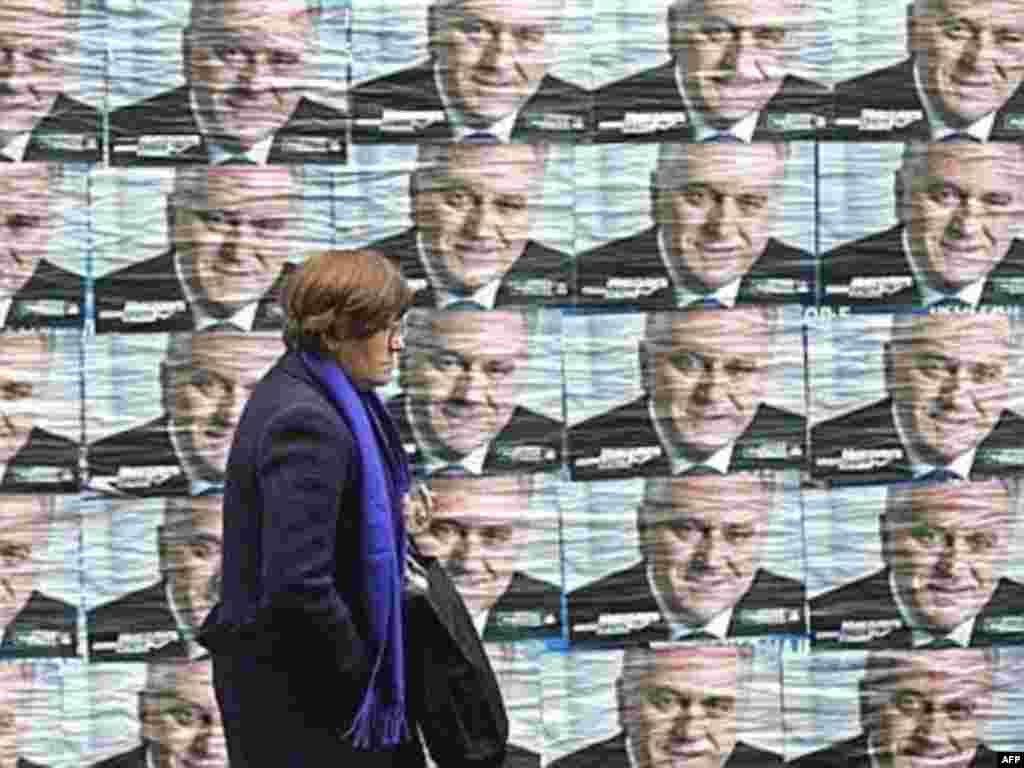 SERBIA, BELGRADE : A Serb woman pases by pre-election posters showing Serbian ultranationalist Radical Party leader Tomislav Nikolic in Belgrade, 10 January 2008