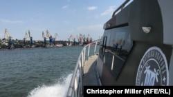 Український патрульний катер поблизу Маріуполського порту