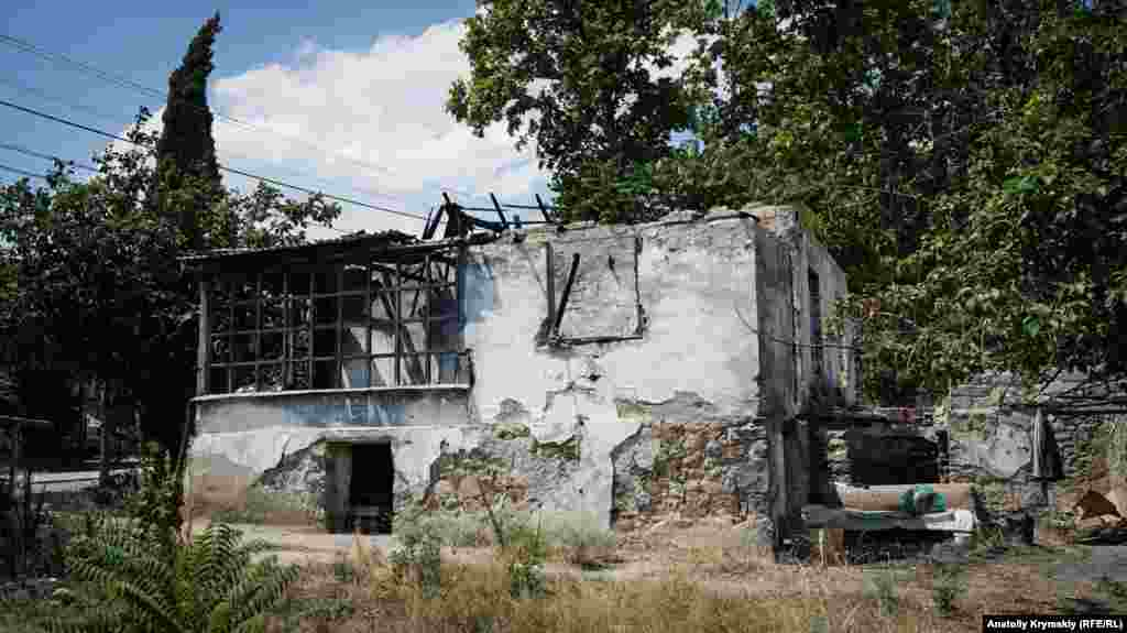 Дом после давнего пожара на улице Шевченко. Его хозяин, местный пьянчужка, продолжает жить в полуподвале дома