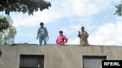 Жители общежития протестуют против выселения из своего жилья. Алматы, 3 сентября 2008 года