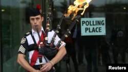 U.K. -- Ryan Randall plays the bagpipes outside a polling station in Edinburgh, Scotland September 18, 2014