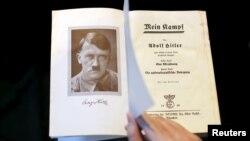 Книга Адольфа Гитлера «Майн Кампф» (Mein Kampf).