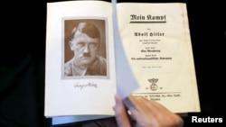 """Экземпляр """"Майн Кампф"""" 1940 года издания"""
