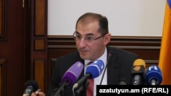 Armenia -- Finance Minister Vartan Aramian at a news conference in Yerevan, 4Oct2016