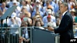 Barak Obama Berlindäki Brandenburg derwezesiniň öňünde çykyş edýär. Berlin, 19-njy iýun, 2013.