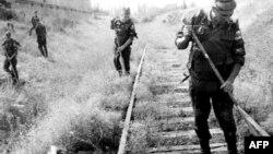 """Militari din forța rusă de """"menținere a păcii"""" în Moldova într-o operațiune de deminare a unei căi ferate dintre Ucraina și Moldova, 13 August 1992 (imagine de arhivă)"""