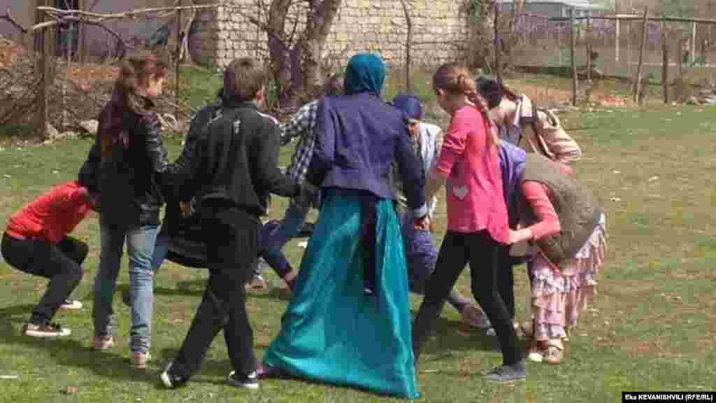 დუისი, ბავშვები მინდორში თამაშობენ