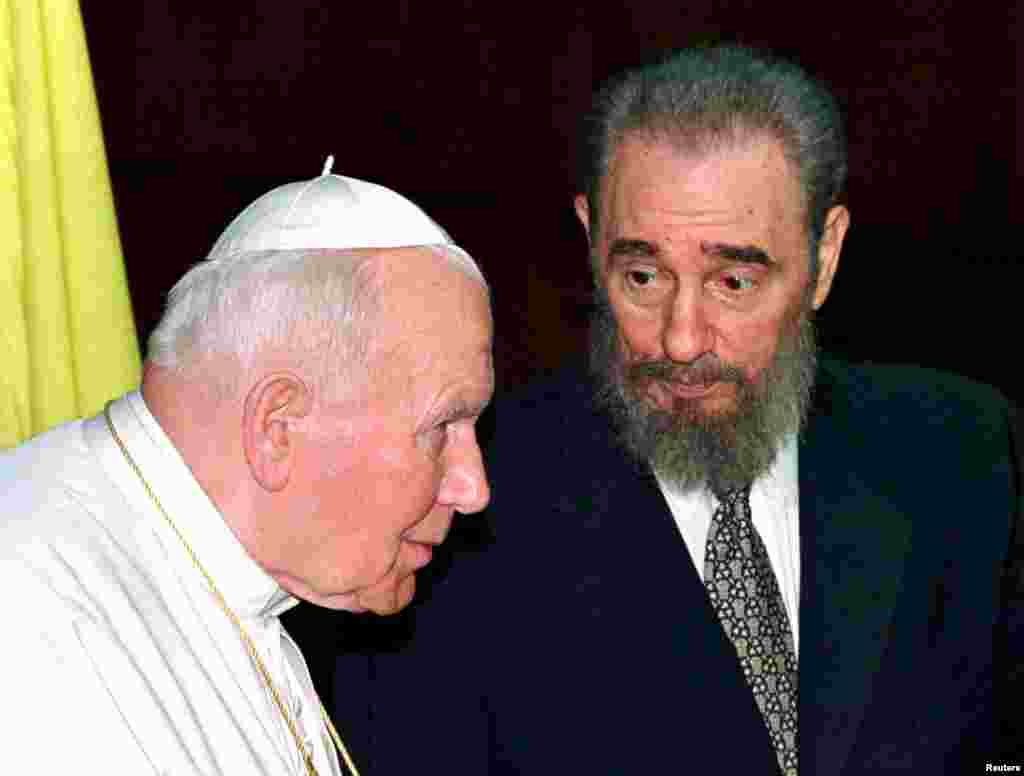 Castro talks to Pope John Paul II during the latter's visit to Havana in January 1998.