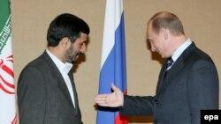 Президент Ирана Махмуд Ахмадинеджад и президент России Владимир Путин на саммите ШОС в Шанхае