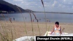 Туристы на берегу озера Чебачье в Щучинско-Боровской курортной зоне. Акмолинская область, 22 июня 2013 года.