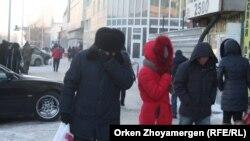 Люди в морозную погоду на улице.