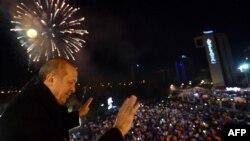 Թուրքիայի վարչապետ Ռեջեփ Էրդողանը ողջունում է իր համակիրներին ՏԻՄ ընտրություններից հետո, 30-ը մարտի, 2014