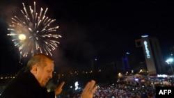 Реджеп Эрдоган поздравляет своих сторонников в Анкаре, 30 марта 2014