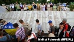 """Učesnici """"Marša mira"""" u Potočarima (Arhivska fotografija)"""