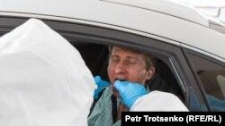 Բժիշկները ջերմաչափում են վարորդներին, Ալմաթի, 14-ը մարտի, 2020թ.