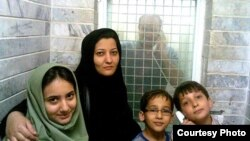 2007-ci il. Abbas Lisani həbsxanada ailəsi ilə görüşərkən.
