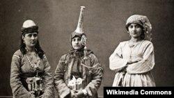 Сириялық әйелдер ұлттық киім киіп тұр. 1873 жылғы сурет