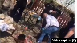Șeful poliției din Bolintin Vale bate o persoană aflată la sol cu fața în jos și cu mâinile imobilizate la spate (captură video)
