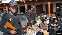 نیروهای امنیتی پاکستان می گویند شماره دو طالبان را دستگیر کرده اند. عکس تزئینی است.