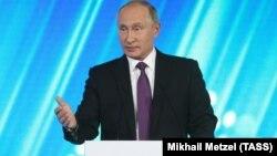"""Ресей президенті Владимир Путин """"Валдай"""" пікірталас клубында сөйлеп тұр. Сочи, 19 қазан 2017 жыл."""