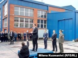 Zajedno sa predsednikom Srbije, koji je i lider SNS, Krušik su posetili visoki funkcioneri iz redova te vladajuće partije Siniša Mali i Bratislav Gašić, kao i koalicioni partner iz Pokreta socijalista Aleksandar Vulin, ministar odbrane