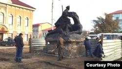Рабочие городского дорожно-эксплуатационного предприятия демонтируют памятник Мише Гаврилову. Уральск, 5 ноября 2015 года.