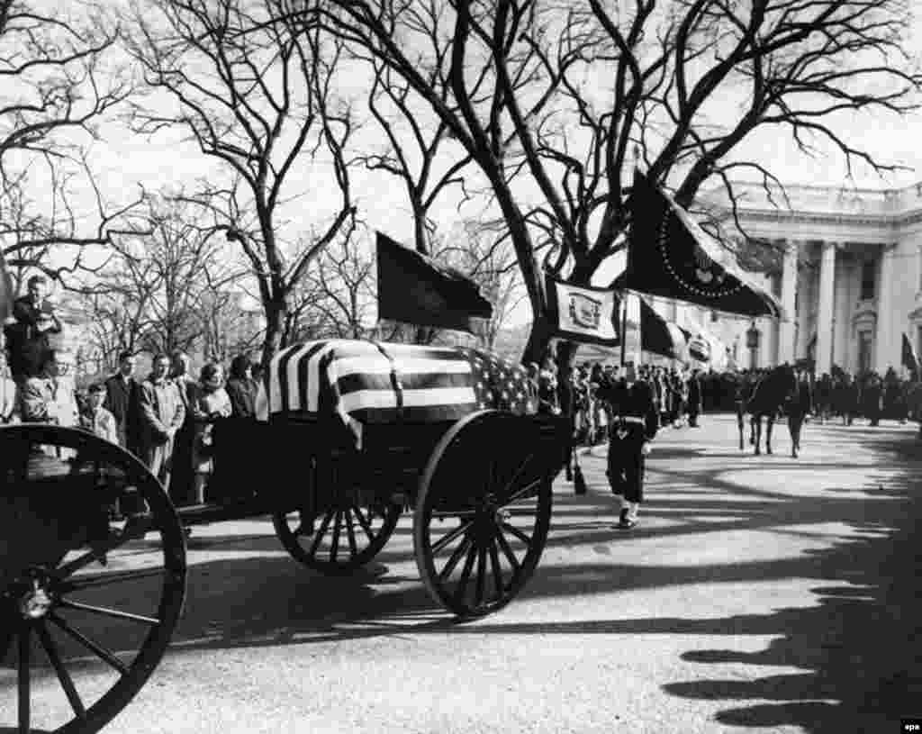 President Kennedy's funeral procession to St. Matthew's Cathedral with the caisson and casket, standard bearers, riderless horse, and mourners at the White House in Washington on November 25, 1963.