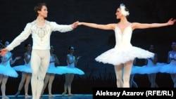 Алина Сомова, балерина Mариинского театра России, и солист балета национальной оперы Украины Леонид Сарафанов. Алматы, май 2012 года.