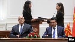 Премиерите на Македонија и на Бугарија, Зоран Заев и Бојко Борисов го потпишуваат договорот за добрососедство меѓу двете земји.