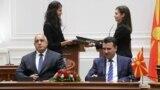 Архивска фотографија- премиерите на Македонија и на Бугарија, Зоран Заев и Бојко Борисов го потпишуваат договорот за добрососедство меѓу двете земји во Скопје - 1 август 2017