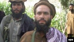 Пәкістандық Талибан қозғалысы жетекшілерінің бірі Дадулла молда (ортада) журналистерге сұқбат беріп тұр. Ауған-Пәкістан шекарасы, 2 қыркүйек 2011 ж.