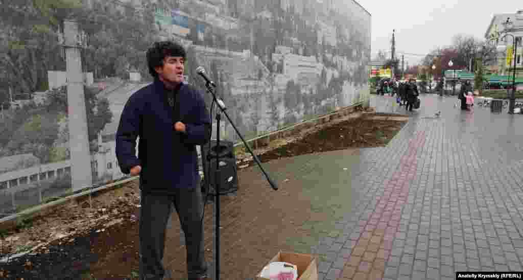 Уличный певец Мустафа Муртазаев всегда покоряет своим голосом. А еще он – известный крымскотатарский художник. Картины Мустафы хранятся в частных собраниях коллекционеров из Англии, Германии, Канады, Кубы, Украины, России