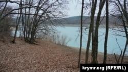 Смугасті береги: Партизанське водосховище Криму (фотогалерея)