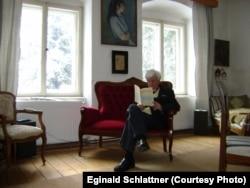 Eginald Schlattner, citind acasă, la Roşia (Foto: arhiva autorului)