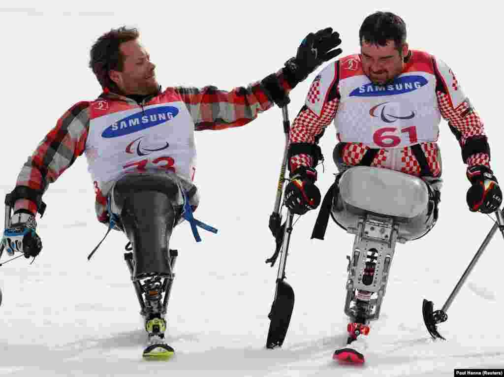 Слева серебрянный призер Тайлер Уолкер (США) и золотой медалист Дино Соколович (Хорватия) справа