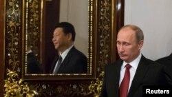 Ресей президенті Владимир Путин (оң жақта) мен Қытай президенті Си Цзиньпин (айнадағы бейнесі. Кремль, 22 наурыз 2013 жыл.