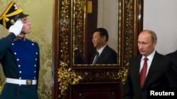 Сі Цзіньпін (с, у дзеркалі) і Володимир Путін (п) у Кремлі, 22 березня 2013 року