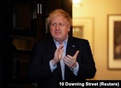 Premierul Boris Johnson, la reședința sa, aplaudând medicilor și celor din prima linie în lupta cu pandemia, 2 aprilie 2020