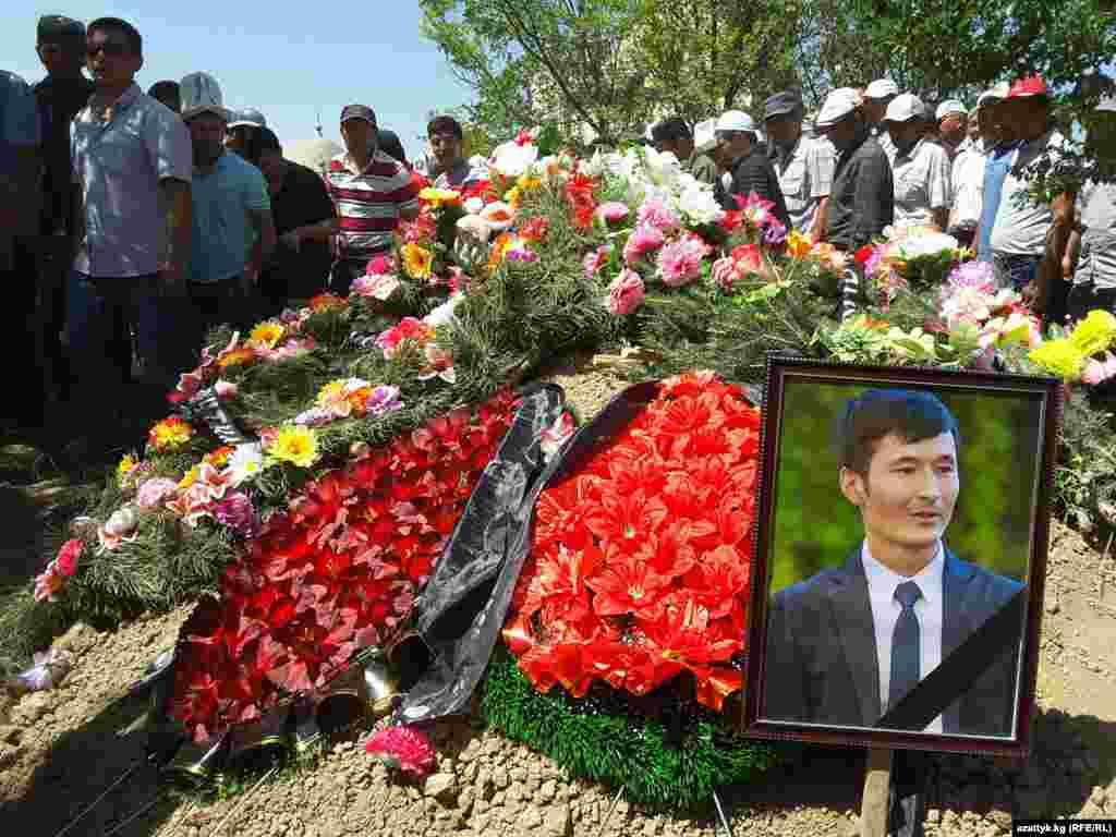 Памятные венки на могиле журналиста Уланбека Эгизбаева. 24 июля 2018 года.
