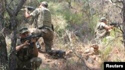 На месте поиска военнослужащих, разыскиваемых по подозрению в причастности к мятежу.