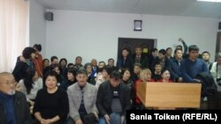 Макс Боқаев пен Талғат Аянның үкімін тыңдауға келген жұрт сот залында отыр. Атырау, 28 қараша 2016 жыл.