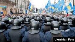 Шеруге шыққан адамдарды қоршап тұрған милиция. Киев, 3 желтоқсан 2013 жыл.